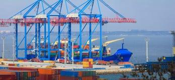 Het containerschip laadt in een zeehaven Odessa royalty-vrije stock fotografie