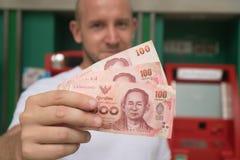 Het contante geld van de mensenholding van ATM wordt teruggetrokken dat Stock Fotografie