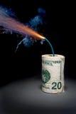 Het contante geld van het dynamiet met aangestoken zekering royalty-vrije stock foto's