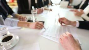 Het contract van het bedrijfsmensenteken stock video
