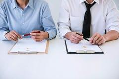 Het contractbesluit van scheidingsontbinding of annulering van huwelijk, de echtgenoot en de vrouw tijdens scheiding verwerken en stock foto