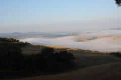 Het contrast tussen mist, aarde en hemel Royalty-vrije Stock Afbeelding