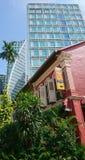 Het contrast van de Singapourarchitectuur Stock Afbeeldingen