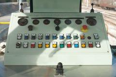 Het controlebord van de treingids met knopen en knoppen en hefbomen in a royalty-vrije stock afbeelding