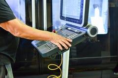 Het controlebord van het werkprogramma over het controlebord van het precisiecnc machinaal bewerkende centrum, de verwerking van  stock afbeelding