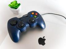 Het Controlemechanisme Attached van USB Gamepad aan Prolaptop van Apple Macbook Concept stock afbeeldingen