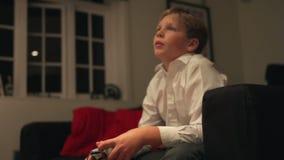 Het Controlemechanisme Playing Video Game van de jongensholding stock video