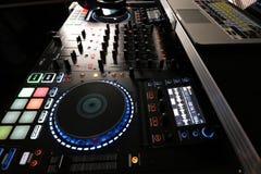 Het Controlemechanisme van DJ met Computer en mixer stock foto's