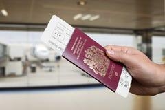 Het controleren binnen een vlucht bij de luchthaven royalty-vrije stock foto