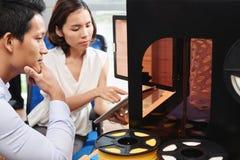 Het controleren 3D printer Royalty-vrije Stock Afbeeldingen