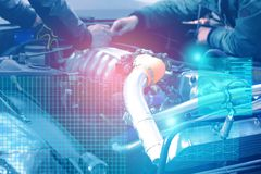 Het controleren en de diagnostiek van de motor en electrics van de auto bij de dienst centreren met de vertoning van vergrote wer royalty-vrije stock fotografie