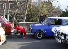 Het controleren vóór ras tijdens het historische modellen lokale rennen in Mallorca stock afbeelding