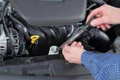 Het controleren van Antivriesmiddel in een Auto collant Systeem stock afbeeldingen