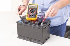 Het controleren van autobatterij Stock Afbeeldingen