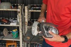 Het controleren van autokoplamp royalty-vrije stock foto's