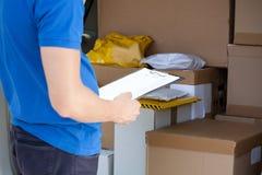 Het controleren van bestelwagenhoogtepunt van pakketten stock foto's