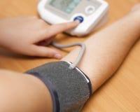 Het controleren van bloeddruk Stock Foto's