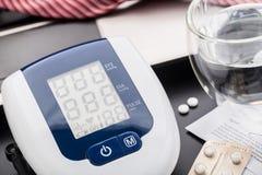 Het controleren van bloeddruk in bureau Stock Foto