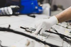 Het controleren van de bedradingssystemen op het controlebureau, controlepost, de automobielindustrie royalty-vrije stock afbeelding