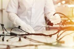 Het controleren van de bedradingssystemen op controlebureau, controlepost, de automobielindustrie, de producten van uitstekende k royalty-vrije stock afbeeldingen