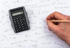 Het controleren van de berekeningen op een zakcalculator Royalty-vrije Stock Foto