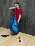 Het controleren van de gitaar Royalty-vrije Stock Foto's