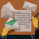 Het controleren van de inhoud van de envelop Stock Fotografie