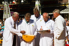 Het controleren van de kaaskwaliteit bij Alkmaar markt Royalty-vrije Stock Foto