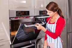 Het controleren van de oven stock foto