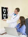 Het controleren van de patiëntenröntgenstralen Royalty-vrije Stock Fotografie