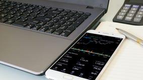 Het controleren van effectenbeurs op mobiel Royalty-vrije Stock Foto