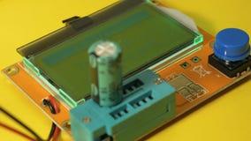 Het controleren van elektrolytische condensatoren Capaciteitsmeter, elektrolytisch ESR stock video