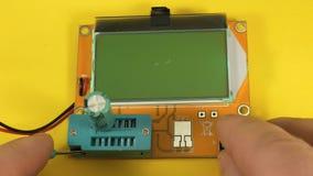 Het controleren van elektrolytische condensatoren Capaciteitsmeter, elektrolytisch ESR stock videobeelden