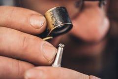 Het controleren van elk facet van de diamant royalty-vrije stock afbeelding