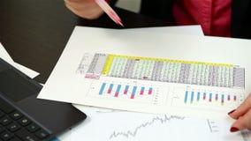 Het controleren van financiële gegevens stock footage