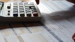 Het controleren van financiële gegevens over calculator het onderzoeken van bedrijfsgrafiek stock videobeelden