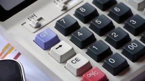 Het controleren van financiële gegevens over calculator het onderzoeken van bedrijfsgrafiek stock footage