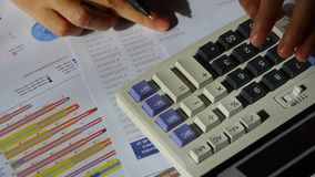 Het controleren van financiële gegevens over calculator het onderzoeken van bedrijfsgrafiek stock video