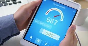 Het controleren van goede kredietscore op digitale tablet