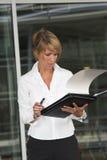 Het controleren van haar nota's Royalty-vrije Stock Afbeeldingen