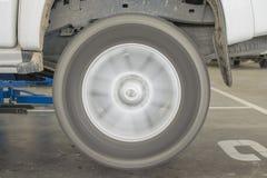 Het controleren van het wiel van minivrachtwagen in de garage Royalty-vrije Stock Afbeelding