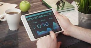 Het controleren van naderend marketing verslagen die digitale tablet gebruiken bij bureau stock videobeelden