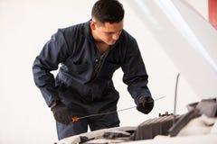 Het controleren van olieniveaus van een auto Royalty-vrije Stock Afbeeldingen