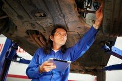 Het controleren van opgeheven auto stock afbeelding