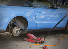 Het controleren van radremmen op auto Stock Afbeelding