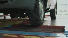 Het controleren van het remsysteem van de auto die de rollen met behulp van bij het benzinestation, de industrie, diagnostiek stock footage