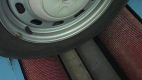 Het controleren van het remsysteem van de auto die de rollen met behulp van bij het benzinestation, de industrie, diagnostiek stock videobeelden
