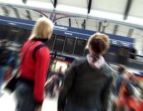 Het controleren van treintijden stock afbeelding