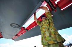Het controleren van vleugel van F-111 in Singapore Airshow Stock Foto's