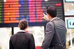Het controleren van vluchtinformatie Stock Afbeelding